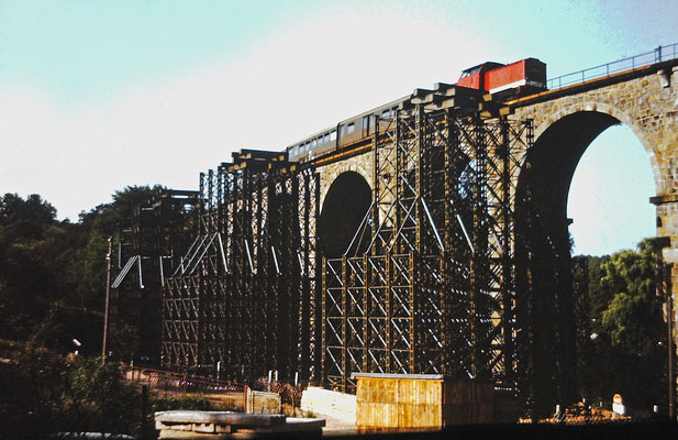 Ein Personenzug nach Bad Schandau auf dem Sebnitzer Viadukt. Deutlich zu erkennen die beginnenden Arbeiten zur Errichtung der Behelfsbrücke, 1984.