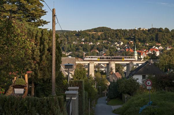 Ein Desiro der Städtebahn rollt am Abend des 14.09.2013 über den Sebnitzer Stadtviadukt.