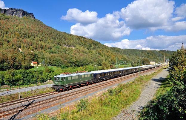 """E 42 151 mit dem Luxuszug """"Classic Courier"""" im Elbtal. Hier gesehen bei Königstein, im Hintergrund erhebt sich der Lilienstein. 28.09.13"""