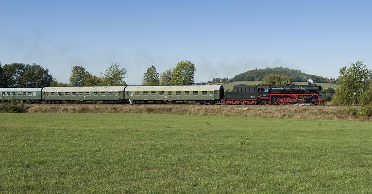 Anlässlich einer privaten Charterfahrt kam 35 1097 am 30.09.2018 auf eine Sonderfahrt von Pirna nach Neustadt, hier bei Stolpen mit der Burg im Hintergrund.