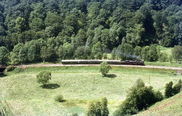 Aus luftiger Höhe betrachtet - fast wie auf einer Modellbahn: 52 8200 bei Mittelndorf auf ihrer Fahrt in Richtung Sebnitz, Foto: Andreas Matschke