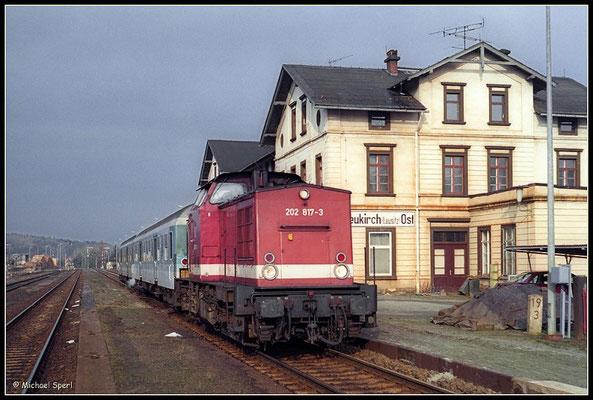 : 202 817 mit RegionalBahn beim Zwischenhalt im Bf.Neukirch-Ost, 30. März 2001. Foto: Archiv Michael Sperl