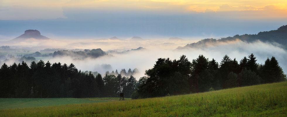 Nach einem Sommergewitter. Blick vom Adamsberg bei Altendorf in die Sächsische Schweiz, links der Lilienstein. Panorama aus 3x70mm.