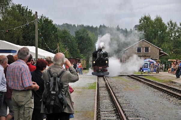Nach 60 Jahren zieht die IV K Nr. 145 mit lautem Pfeifen erstmals wieder einen Zug in den Bahnhof Lohsdorf. 27.08.2011