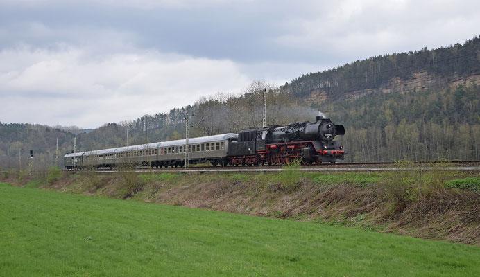 50 3648 unterwegs vom 9. Dresdner Dampfloktreffen auf den Sächsischen Schweiz Ring. Zunächst ging es nach Bad Schandau, hier in der Nähe von Rathen. Foto: Robert Schleusener, 08.04.2017