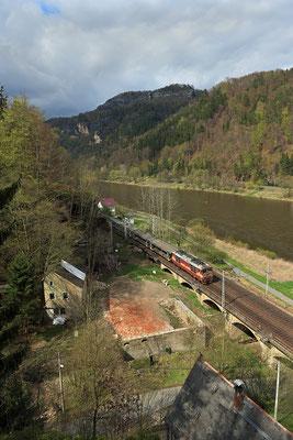 Güterzug nach Tschechien bei Schmilka / Hirschgrund, April 2015.
