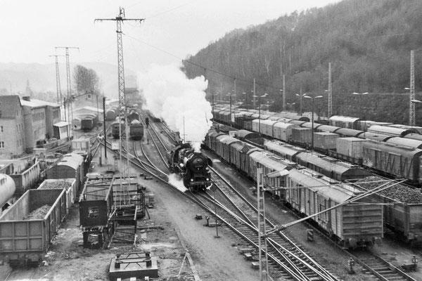 Volle Hütte. Auch heute ist Bad Schandau noch ein stark frequentierter Bahnhof, aber mit dem was auf diesem Foto zu sehen gibt hat das nicht mehr viel zu tun. Nahezu jedes Gleis ist ausgelastet. Eine BR 52 umfährt den Personenzug aus Bautzen.