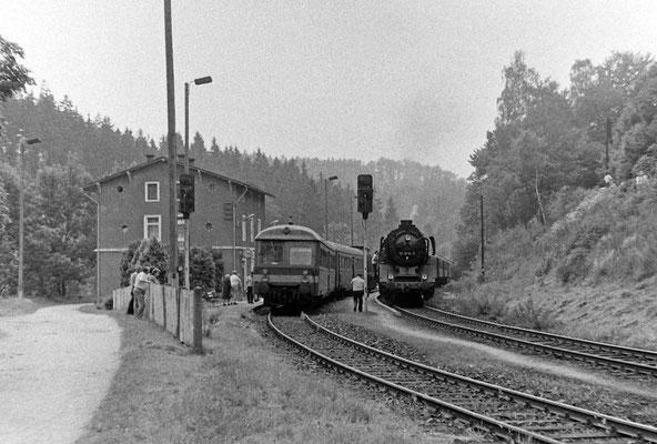 50 3616 mit ihrem Sonderzug in Ulbersdorf, links ein Personenzug mit Leipziger Steuerwagen.