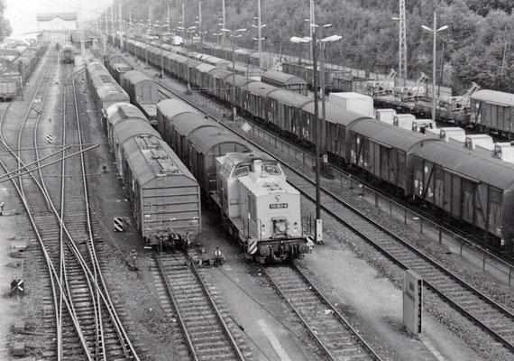 Auch einige Jahre später hat sich dieses Bild kaum geändert. Lediglich die Gleise für den Personen-Durchgangsverkehr müssen frei gehalten werden. 110 963 stellt einen Güterzug zusammen.