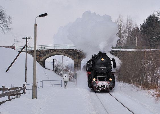 Die Veranstaltung bot herrlichste Winterdampfatmosphäre auf dem Sächsische-Schweiz Ring. Hier erreicht 52 8080 mit ihrem Güterzug soeben den Scheitelpunkt bei Krumhermsdorf und hat nun bis Bad Schandau leichteres Spiel. 26.02.2006, Foto: Jan-Henrik Sellin