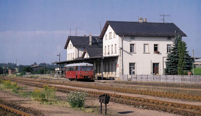 Auf der Arnsdorfer Seite des Dürrröhrsdorfer Bahnhofes wartet ein einzelner LVT auf Ausfahrt. Die Strecke nach Arnsdorf wurde am 23. Mai 98 stillgelegt. Sommer 1994, Fotograf: Andreas W. Petrak