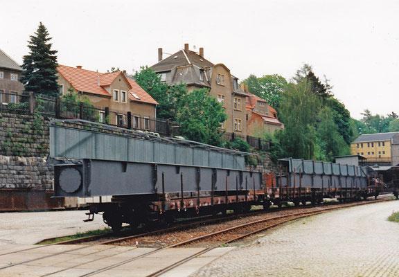 Vorgefertigte Stahlelemente für die Brücke über die Schandauer Straße auf dem Sebnitzer Bahnhof.