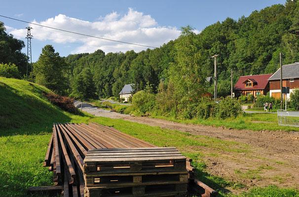 Danach geht es an den Gleisbau. Die Gleise stammen aus dem alten Ziegelwerk in Neustadt/Sachsen ( Abriss ) und vom ehemaligen Fortschrittgelände ( auch Neustadt ). Dort werden diese nicht mehr gebraucht. 16.07.11