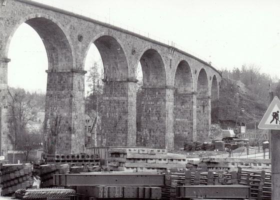 Vorbereitungen zum Bau der Behelfsbrücke am Stadtviadukt Sebnitz, im Vorfeld der Brücke liegen unzählige Stahlelemente. 1984, Foto: Archiv Sven Kasperzek.