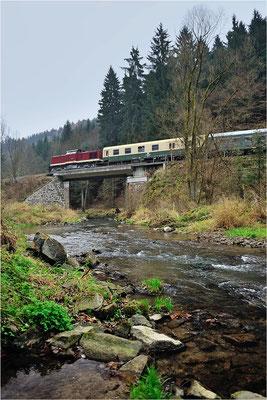 Nach der ersten Fahrt bis Königstein ging es erneut auf die große Sächsische Schweiz Runde. Auf seiner Fahrt nach Neustadt wurde der Zug hier bei einem bislang so nicht umgesetzten Motiv nahe Ulbersdorf fotografiert. 30.11.14