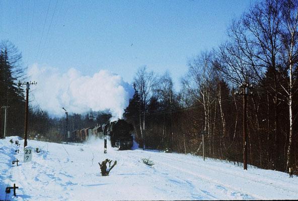 N65277 aus Bischofswerda dampft im Februar 1987 in den Bahnhof Neukirch West (Lausitz) ein. Der Drahtzug links im Bild führt zum Einfahrsignal aus Richtung Bad Schandau. Dort gab es bis 1984 auch noch planmäßig Dampf zu erleben. Foto: Lutz Morgenstern