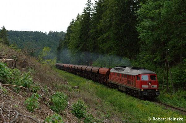 Letzte Woche fuhr täglich ein Zugpaar mit 232 bzw. 233 in den Steinbruch Oberottendorf. Am Abend des 14.07.11 rollte 233 536-2 mit ihrem Ganzzug nach Neukirch-West. Foto: Robert Heinzke
