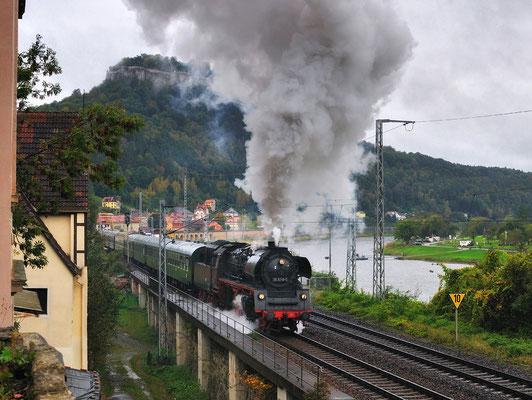 Sonderfahrt Cottbus-Bad Schandau mit 35 1019. Bei kalt-regnerischem Herbstwetter legt die Maschine eine optisch und klanglich perfekte Ausfahrt in Königstein hin. 08.10.11