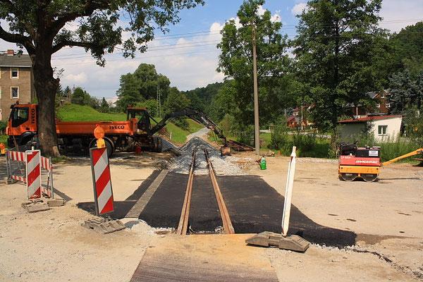 Die Arbeiten an der Straßenquerung kurz vor dem Abschluss. Am 28.07. wurde der Bahnübergang mit einer kleinen Feier freigegeben. Weiter geht es in einer deutlichen Steigung mit dem Gleisbau. Foto: Jürgen Vogel