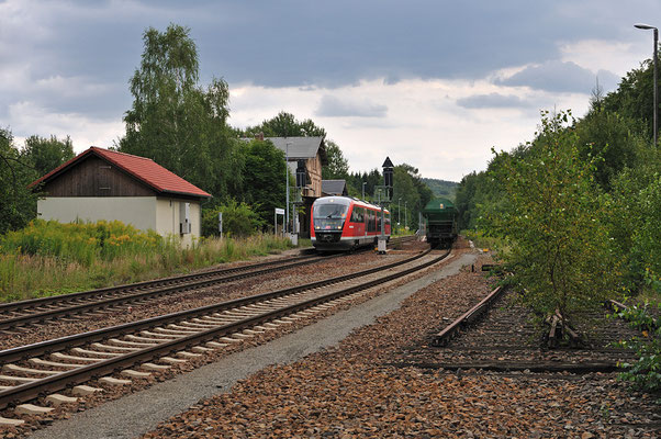 Dann läuft auch schon die Regionalbahn nach Dresden in Neukirch ein. Rechts steht der voll beladene Zug mit ITL 285. 12.08.2011