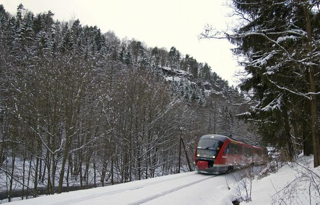 Regionalbahn 17131 von Bad Schandau im tief verschneiten Sebnitztal zwischen Porschdorf und Goßdorf-Kohlmühle. 06.Februar 2010