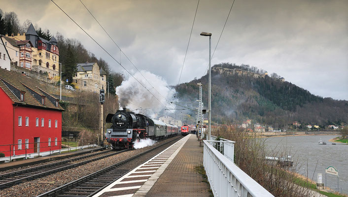 Auch 35 1097 war an diesem Tag unterwegs. Bei stürmisch-nasskaltem Wetter rauscht die Lok auf ihrem Weg von Dresden nach Bad Schandau hier durch Königstein.
