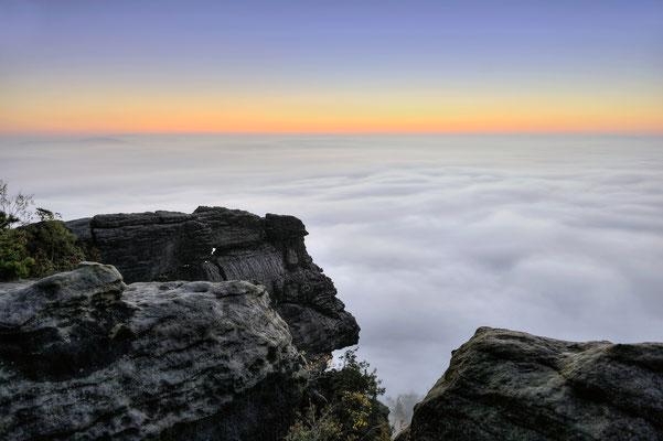 Manchmal gibt es auch zu viel Nebel. Die Landschaften und Ortschaften verschwinden komplett unter einer Nebeldecke und nur der Lilienstein ragt wie ein Fels aus der Brandung... ISO 100, 24mm, f/4.0, 2 Sek.
