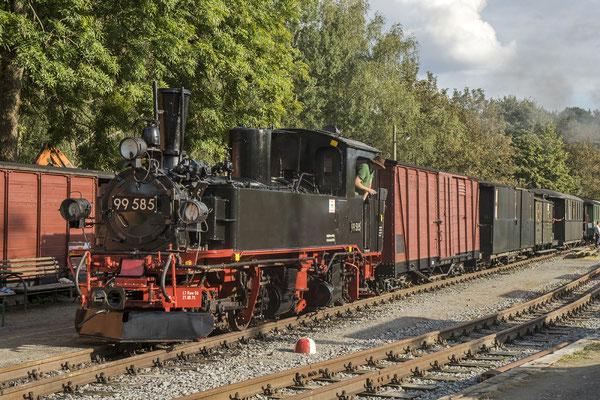 99 585 mit bunt gemischtem Zug in Lohsdorf. 04.09.2020, Foto: Jannik Vogel