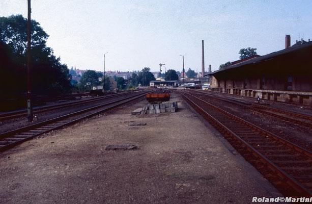 Blick in Richtung Ausfahrt Bad Schandau, rechts die Güterabfertigung (Ga), in der Mitte Ausfahrsignal J, hinten Stellwerk 2 (Stw2). Mai 1990, Foto: Archiv Roland Martini