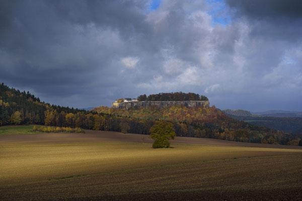 Blick zur Festung Königstein im herbstlichen Lichtspot. ISO 200, 70mm, f/7.1, 1/500sek.