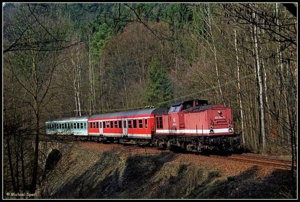 : 202 544 verlässt mit ihrer RegionalBahn den Hp.Mittelndorf, 1. April 2001. Foto: Archiv Michael Sperl