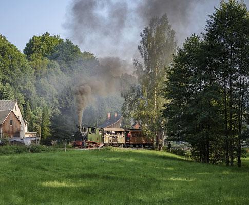 Der Zug verlässt die Ortslage von Lohsdorf in Richtung Ehrenberg. 26.08.2017