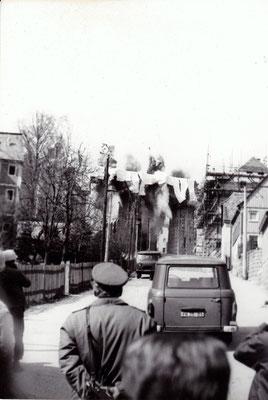 """Zweite Sprengung am 20.02.1986, bekanntlich war es damals nicht einfach in der Öffentlichkeit zu fotografieren. Auch dieses Foto erweckt den Eindruck """"aus der Hüfte geschossen"""". Umso wertvoller sind diese Zeitdokumente heute... Foto: Archiv Sven Kasperzek"""