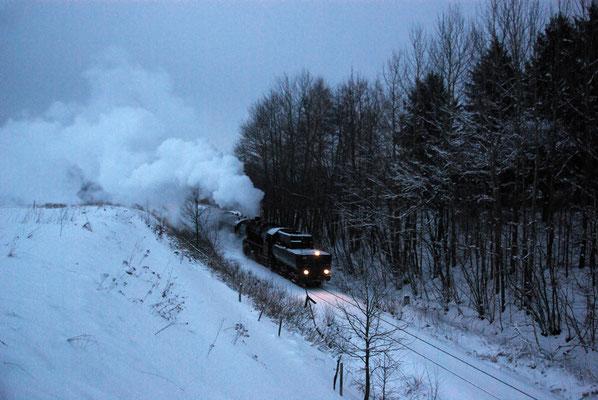Gegen 16:10 Uhr ging es dann endlich von Neustadt weiter nach Bad Schandau - nur gut das echte Eisenbahnfans sich von derartigen Verspätungen nicht aus der Ruhe bringen lassen. Die letzten 2 Bilder bei schon fast unmöglichen Licht und Wetterbedingungen...