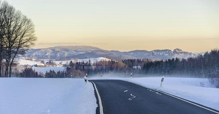 Auf der Verbindungsstraße von Waitzdorf nach Goßdorf bot sich an einem Winterabend dieser schöne Blick in die Sächsische Schweiz. Panorama aus 3x 82mm, ISO 200, f/5.0, 1/160sek.
