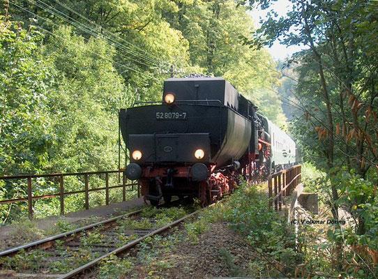 Die 52 8079-7 ist hier im Sebnitztal zum Tag der Sachsen nach Bad Schandau unterwegs, der Zug befindet sich gerade zwischen Ulbersdorf und Goßdorf-Kohlmühle, 07.09.2003, Foto: Volkmar Döring