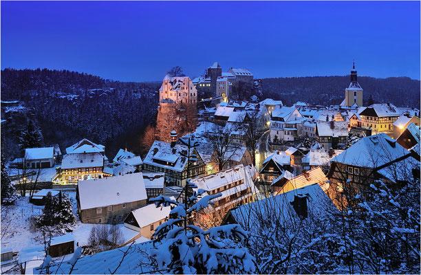 Blaue Stunde an einem wunderschönen Winterabend in Hohnstein. ISO 100, 24mm, f/8.0, 13 Sek.