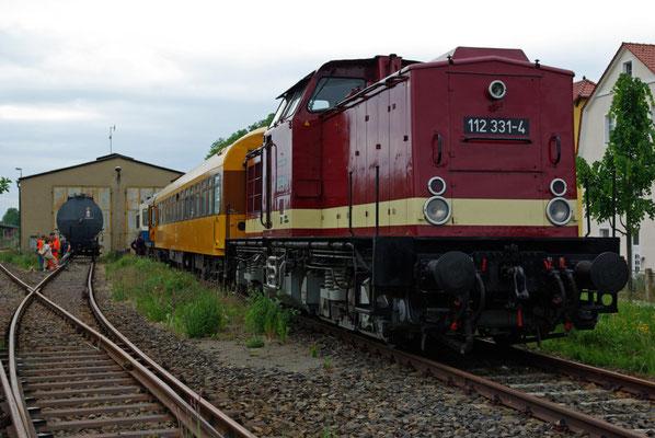 Die 112 331-4 der OSEF mit 2 Schlafwagen abgestellt vor dem Neustädter Lokschuppen ( Sonderfahrten zum Fest 675 Jahre Neustadt in Sachsen, Mai 2008 )