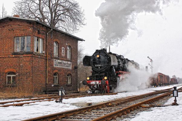 Die letzte Aufnahme der wunderschönen Veranstaltung - die 52 8080 hat hier Ausfahrt in Dürrröhrsdorf Richtung Pirna. Großes Dankeschön an den Fotografen Jan-Henrik Sellin für die Zusendung dieser einmalig schönen Aufnahmen! 26.02.2006