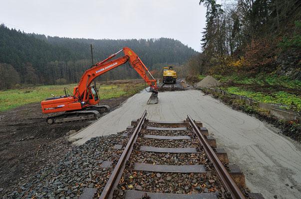Blick von oben auf die Reparaturarbeiten. In den nächsten Tagen wird geschottert und das neue Gleis eingefügt werden. 05.11.10