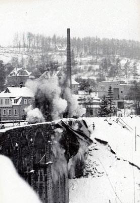 Sprengung der ersten Bögen am Sebnitzer Stadtviadukt. 19.02.1986, Foto: Archiv Sven Kasperzek.