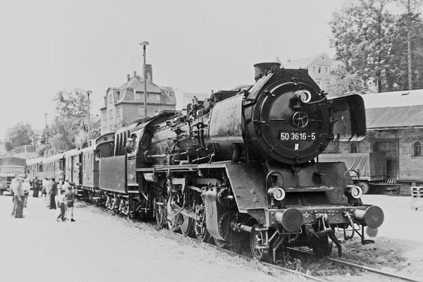 50 3616 mit Sonderzug im Güterabfertigungsgelände des Sebnitzer Bahnhofs.