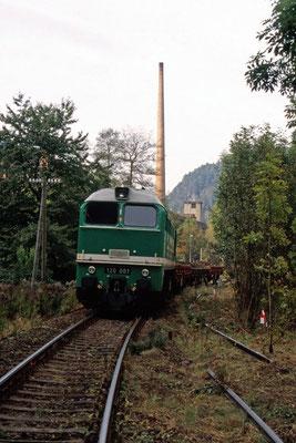"""Gleisrückbau am Hp. Goßdorf-Kohlmühle, hier der Bauzug mit ITL """"V 200 001"""" zur Verladung des Altmaterials bei Kohlmühle. 01.10.2002, Foto: Archiv Axel Förster"""