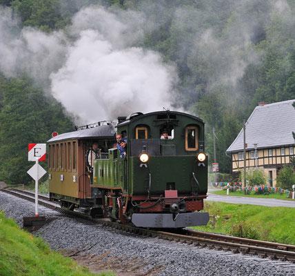 Am ersten Festtag fuhr die IV K auch einige Male hinter dem Sachsenwagen, so wurde die Einfahrt des Zuges aus Hohnstein wie früher nachgestellt. 27.08.2011