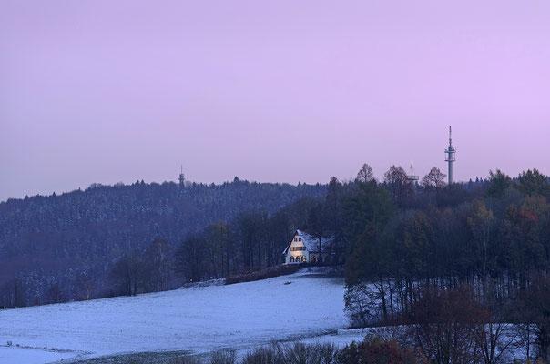 Blick von Köhlers Berg in Polenz Richtung Götzingerhöhe und den zwei Ungertürmen, soeben ist die Sonne untergegangen und am Himmel leuchtet noch sanft das Abendrot. 14.11.2016
