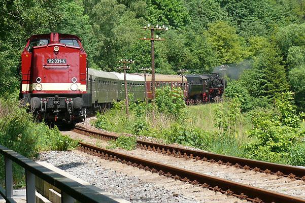 Ab hier ( kurz vor Goßdorf Kohlmühle ) liefen die ehemalige Schmalspurige Schwarzbachbahn und die Sebnitztalbahn früher parallel bis Kohlmühle, 112 331-4 zieht den Zug mit 52 8080-5 am Schluss nach Bad Schandau, Foto: Andreas Peldschuss