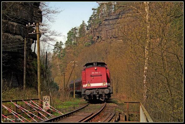 202 844 im Sebnitztal bei Porschdorf am 24. April 2001, das abgängige, mit Flatterband abgesperrte Brückengeländer ist symptomatisch für den damaligen Streckenzustand... Foto: Archiv Michael Sperl
