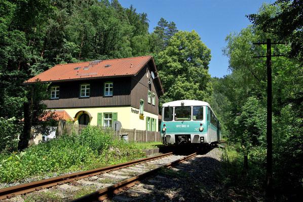Sonderzug durch die Sächsische Schweiz der OSEF, die Ferkeltaxe durchfährt den Bahnhof Porschdorf, 13.06.09