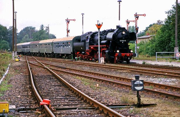 Einfahrt von 52 8141-5 in Neustadt, Foto: Jürgen Vogel, 1996