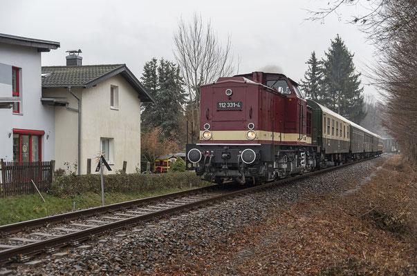 112 331 der OSEF Neustadt - Pirna am BÜ Rosa-Luxemburg-Straße in Neustadt, 02.12.18